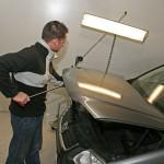 Herausdrücken einer Delle aus einer VW Touran Motorhaube.
